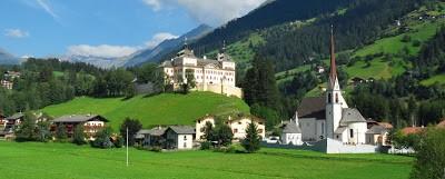 Immagine che contiene erba, montagna, esterni, casa  Descrizione generata automaticamente