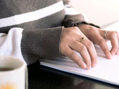 Leggere attraverso le dita: l'importanza dell'alfabeto Braille oggi